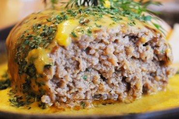 自家製ハンバーグ チェダーチーズソース