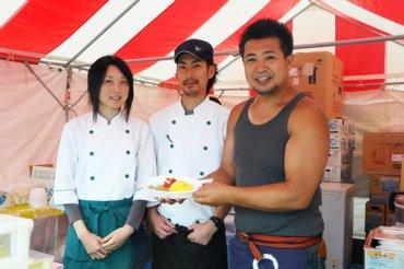 酒趣オーナーの井坂さん(右端)とスタッフの皆さん