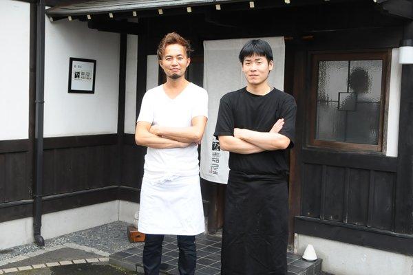 (写真左) な嘉屋料理長 三本杉 正敏さん、(写真右) 益子 翼さん