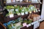 店内では新鮮な野菜の販売も