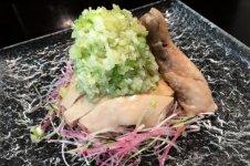 骨付き蒸し鶏の冷菜 山盛り葱ソースがけ